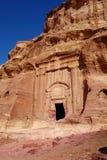 岩石看法在Petra古老阿拉伯人Nabatean王国城市,约旦,中东切开了坟茔 库存图片