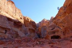 岩石看法在Petra古老阿拉伯人Nabatean王国城市,约旦,中东切开了坟茔 免版税库存照片