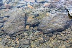 岩石看法通过透明的水 库存照片