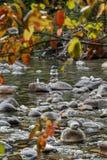 岩石石标在秋天 免版税库存图片