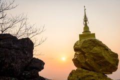 岩石石头和日落时间的塔 库存照片