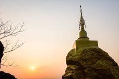 岩石石头和日落时间的塔 图库摄影