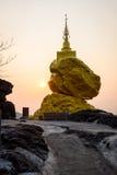 岩石石头和日落时间的塔 免版税库存图片