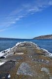 岩石码头在Seneca湖的冬天 免版税库存图片