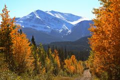 岩石秋天的山 库存图片