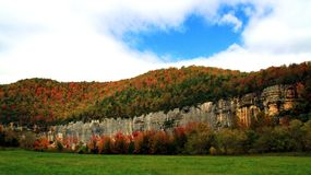 岩石秋天色的石虚张声势 图库摄影
