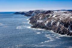 岩石纽芬兰与拉布拉多海岸线在晴天 免版税库存照片