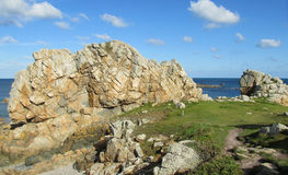 岩石美丽的景色在沿海的 免版税库存照片