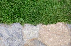 岩石背景在草的 免版税库存图片