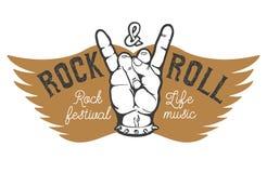 岩石节日 有摇滚乐标志的人的手在背景 免版税库存图片