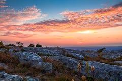 岩石花岗岩露出出现在高峰顶部 免版税库存图片