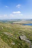 岩石荒野风景在俯视在叶绿泥石的约克夏3月Haigh水库 免版税库存图片