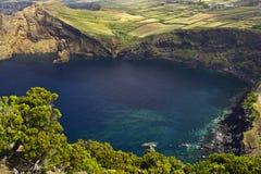 岩石蓝色海岸的盐水湖 免版税库存图片