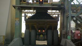 岩石被填装的一辆黄色卡车 股票视频