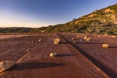 岩石被展开在一个生锈的水塔 免版税图库摄影