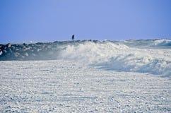 岩石跳船的人在风暴期间 免版税库存照片