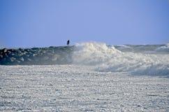 岩石跳船的人在风暴期间 免版税库存图片