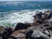 从岩石跳船的看法在海洋支持华盛顿美国 库存图片