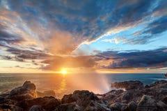 岩石通风孔的海岸线 免版税库存照片