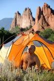 岩石野营的山 免版税库存图片