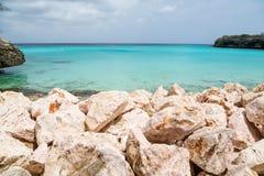 岩石防波堤和清楚的水色海 图库摄影