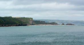 岩石陆岬突出部分到海里 免版税库存照片