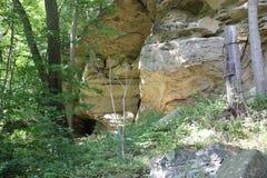 岩石露出在Meadowcroft Rockshelter的 免版税库存照片