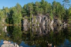 岩石面孔反射 免版税图库摄影