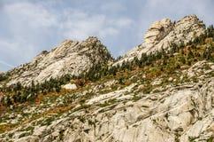 岩石面孔和秋天颜色 免版税库存照片
