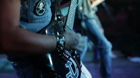 岩石音乐家在酒吧执行 股票录像