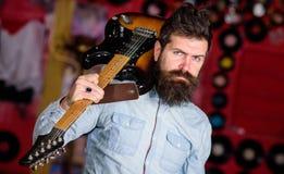 岩石音乐家概念 有胡子戏剧电吉他的音乐家 有天才的音乐家,独奏者,歌手装入吉他 免版税库存照片