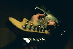 岩石音乐家的最好的朋友 免版税库存照片