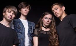 年轻岩石音乐家-妇女和三个人 库存照片