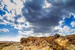 岩石风景在与云彩的天空下 库存照片