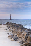 岩石风景愚蠢海滩莫妮斯海岛灯塔SC 库存照片