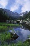 岩石高山湖的山 免版税库存照片