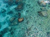 岩石鸟瞰图在海的 从上面被看见的海底概要 库存照片