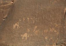 岩石绘画在瓦地伦沙漠 免版税库存照片