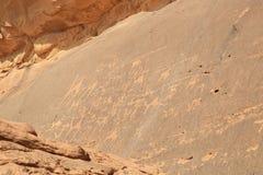 岩石绘画在瓦地伦沙漠 免版税库存图片