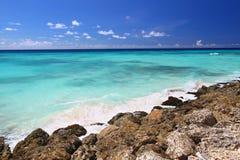 岩石巴布达的海岸线 免版税库存照片