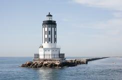 岩石围拢的灯塔在海洋在洛杉矶加州港  免版税库存照片