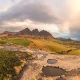 岩石水池、峰顶和云彩 库存图片