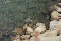 岩石细节在海旁边的 库存照片