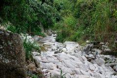 岩石从Dipilto,尼加拉瓜的河视图 免版税图库摄影