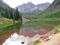岩石1座湖的山 免版税图库摄影