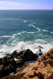 岩石bolonia的海岸 免版税库存图片