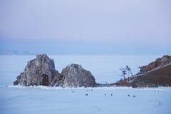 岩石Shamanka 夜间横向海洋天空日落 贝加尔湖,冬天 库存照片