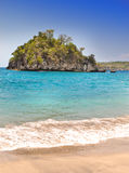 岩质岛在海运。印度尼西亚 免版税库存图片