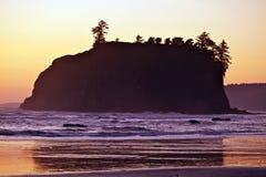 岩质岛日落 库存照片