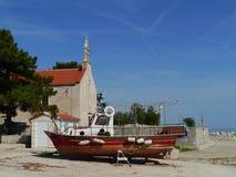 岸上一条木渔夫小船在普雷穆达岛 免版税图库摄影